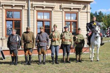 grupa rekonstrukcji historycznej podczas festynu żołnierskiego