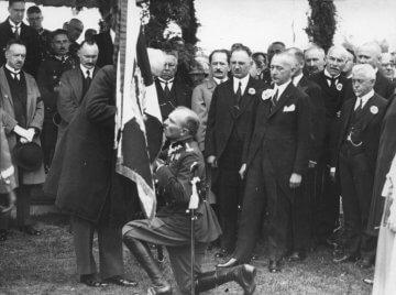 Fotografia ze zbiorów Muzeum Historycznego w Legionowie przedstawia nadanie sztandaru 2. Pułkowi Saperów Kolejowych w dniu 26 sierpnia 1927 r. Sztandar wręcza prezydent RP Ignacy Mościcki dowódcy pułku płk. Wacławowi Gallasowi.